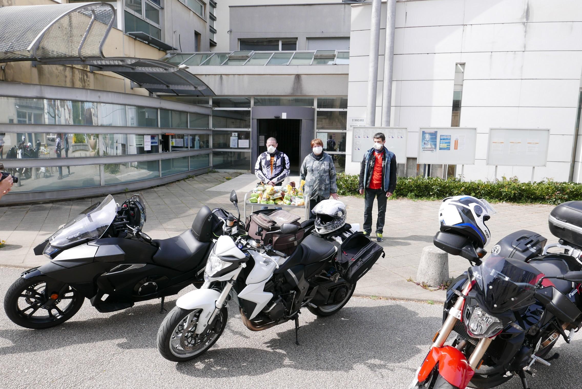 En offrant des chocolats de Pâques, le motoclub montre sa solidarité avec le personnel hospitalier